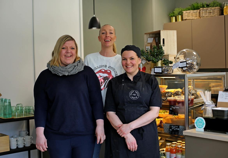 TRIVSEL: Dette blide trekløveret står for eierskapet i firmaet Sunt Rett Hjem; gründer og daglig leder Eva Thomassen, salgssjef Daniella Svanbring, og kjøkkensjef Marte Fjeldstad.