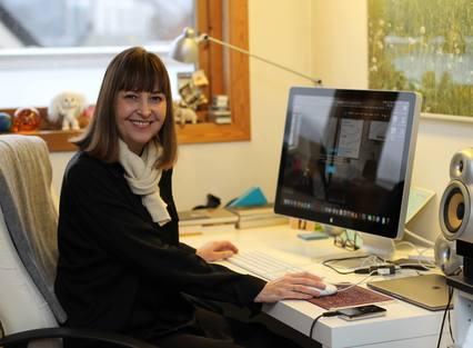 TRIVSEL: Caeli System AS driftes av designeren Anne Jorun Sæten fra et trivelig hjemmekontor i loftsetasjen, med vid utsikt over Fløyen og Bergen sentrums hustak