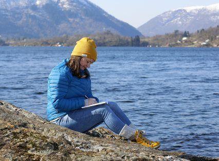 INSPIRASJON: Notatblokk og blyant er aldri langt borte når Kristin Straume Audestad er ute i naturen.